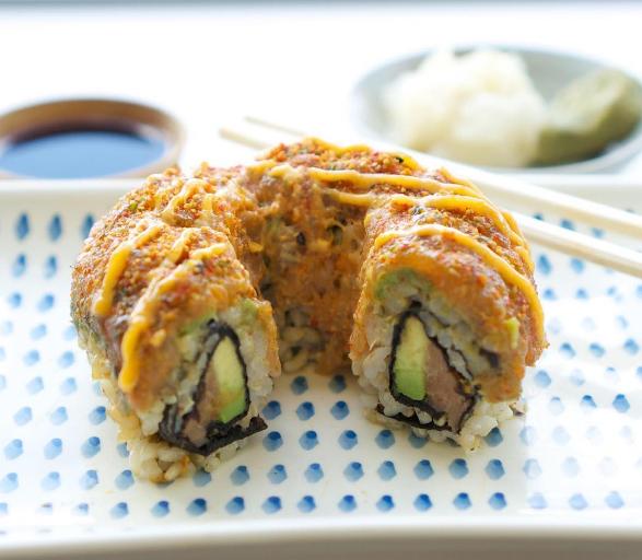 Y si lo que a ti te gusta es el sushi calientito, estilo tempura: la sushi-dona también viene en esa presentación.