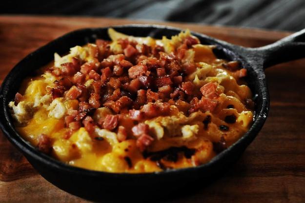 Una perfecta combinación entre Mac & Cheese, Tocino y Cangrejo.