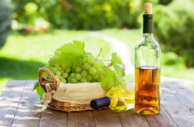 No poner atención al color del vino blanco.