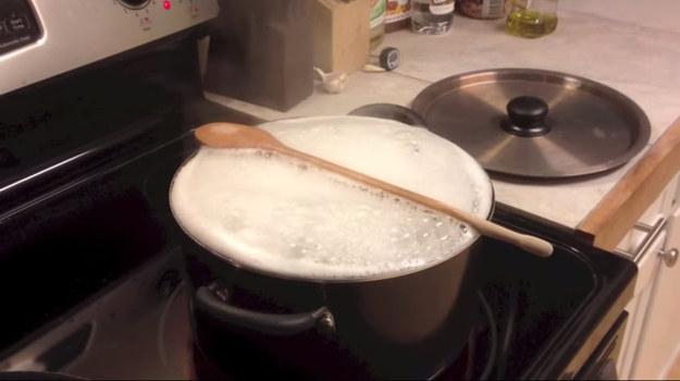 Se você sempre se distrai e a água ferve demais quando está fazendo macarrão, simplesmente coloque uma colher de pau sobre a panela.