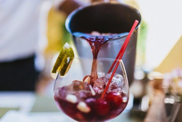 Coctelear con vinos de calidad.