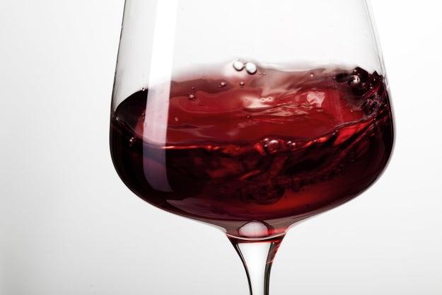 No observar a contraluz el vino tinto.