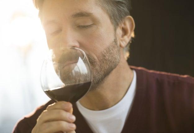 Tomar el vino muy rápidamente.