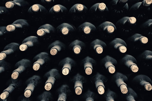 Escoger la botella por vieja.