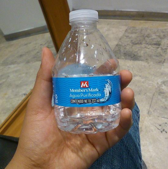 Qué tal cuando tienes mucha sed pero no hay bronca porque seguro tu Uber trae una botellita de agua pero... No, se le acaban de terminar...