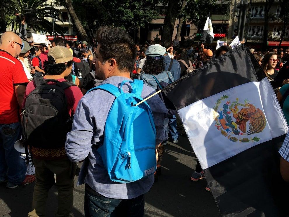 """Los motivos de la marcha son varios, el caso de los estudiantes desaparecidos de Ayotzinapa, el escándalo de la mansión de la esposa del mandatario, el plagio de su tesis o la reciente visita de Donald Trump a México. Precisamente, el lema de la manifestación fue: """"motivos sobran""""."""
