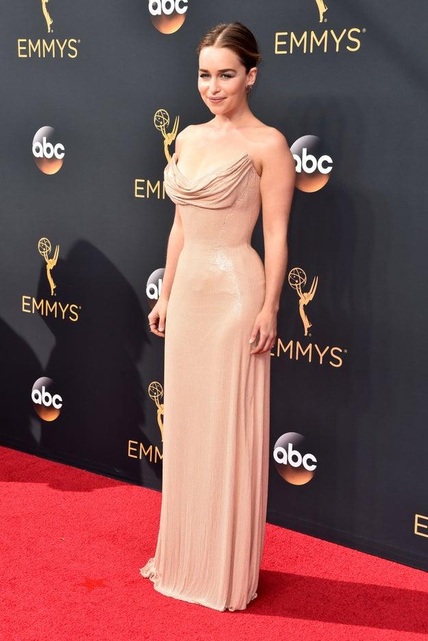 Y lo que sea que trae puesto Daenerys de la Tormenta, La que no arde, Rompedora de Cadenas, Madre de Dragones y ahora, Reina de la Alfombra Roja de los Emmys.