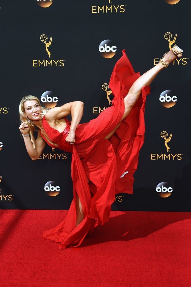 This is Jessie Graff. She's a professional stuntwoman and a contestant on Emmy-nominated reality show American Ninja Warrior. When she turned up at the awards' red carpet on Sunday night, she pulled some pretty awesome moves.