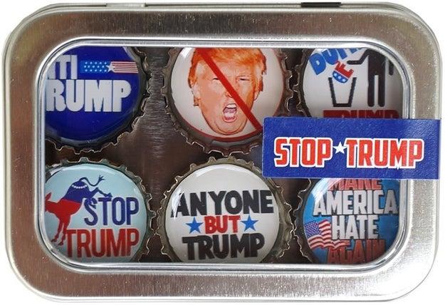 Estos imanes en forma de taparosca para poner en tu refri y recordar que el racismo apesta cada vez que quieras comer algo ($360).