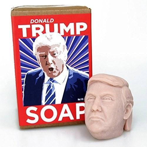 Limpia la suciedad de tus manos con un jabón inspirado 100% en su cara... y en su copete ($739).