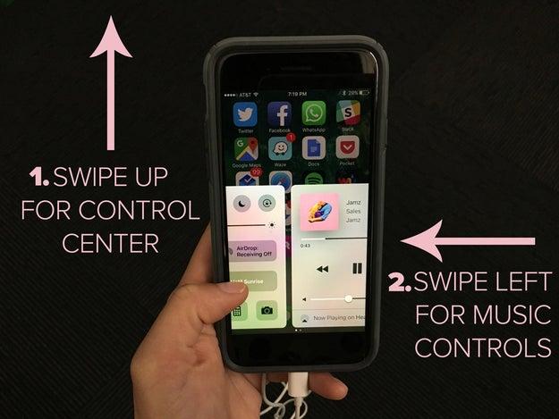 Desliza hacia la izquierda en el Panel de control para los controles de la música.