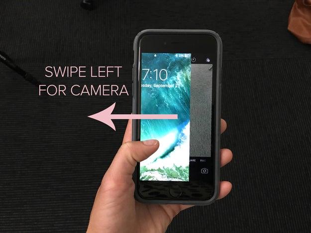 Desde la pantalla de bloqueo, accede a la cámara deslizando hacia la izquierda (en lugar de hacia arriba).