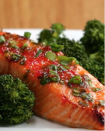 Você vai precisar de:100 gramas de filé de salmão½ xícara geleia de pimenta¼ de xícara de cebolinhas picadasModo de preparo: 1. Preaqueça o forno a 200ºC.2. Misture em um recipiente o salmão, geleia de pimenta e as cebolinhas.3. Coloque os filés em uma assadeira forrada com papel manteiga. Passe a geleia que sobrou com uma colher sobre o salmão.4. Asse por 12-15 minutos, até que o salmão esteja assado porém macio.5. É só saborear!Porções: 3