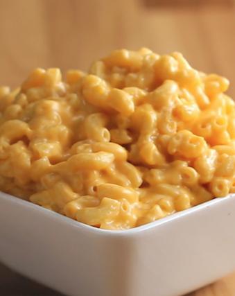 Você vai precisar de: 5 xícaras de leite500 gramas de macarrão cotovelo seco2 xícaras de queijo cheddar em pedaçosModo de preparo:1. Ferva o leite em uma panela grande.2. Adicione a massa e mexa constantemente por cerca de 10 minutos, até que esteja pronta. 3. Desligue o fogo e adicione o cheddar.4. Mexa até que o queijo esteja derretido e a massa esteja coberta por igual.5. É só saborear!Porções: 3-4