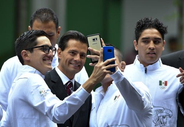 Cuando vas con tus amigos a tomarte selfies.
