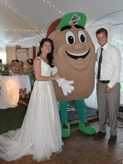 A Canadian couple invited this giant potato mascot to their wedding as a guest of honour, and the photos are pretty great.