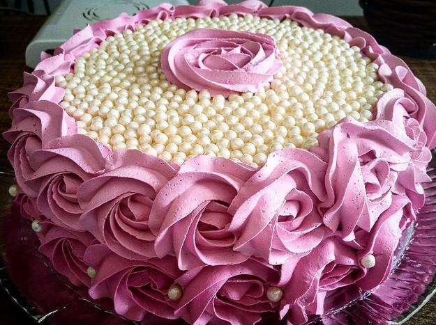Por supuesto que esas perfectas rosas de merengue tuvieron retoque.