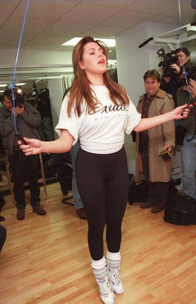 Luego de ser nombrada reina universal, Alicia aumentó de peso, por lo que fue obligada a hacer ejercicio frente a la prensa con el fin de no perder la corona.