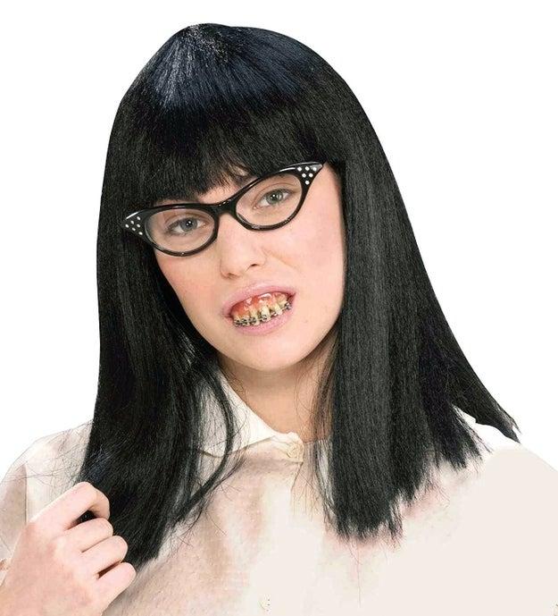 Para convertirte en la chica nerd más fea del condado solo necesitas este kit de peluca, lentes y dientes ($392).
