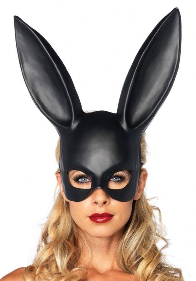 O mantenlo sexy con algo pegadito y esta máscara de conejo sensual ($96).
