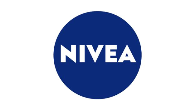 Nivea est un mot latin qui signifie «neigeux», «blanc comme neige», pour évoquer les vertus de sa crème destinée à l'origine à conserver une peau claire, selon les canons de beauté de l'époque.
