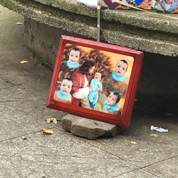 ¿En tu país Jesucristo baja a tomarse fotos con niños pequeños?