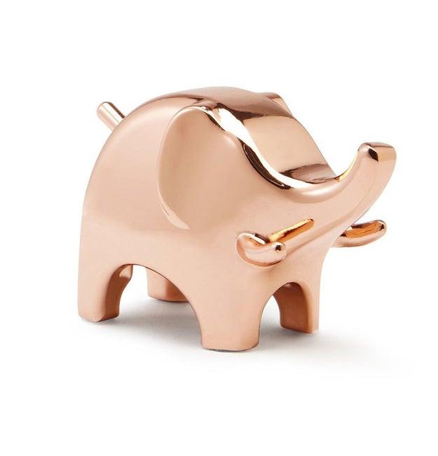 Este tiernísimo y elegante porta anillos en forma de elefante ($150).