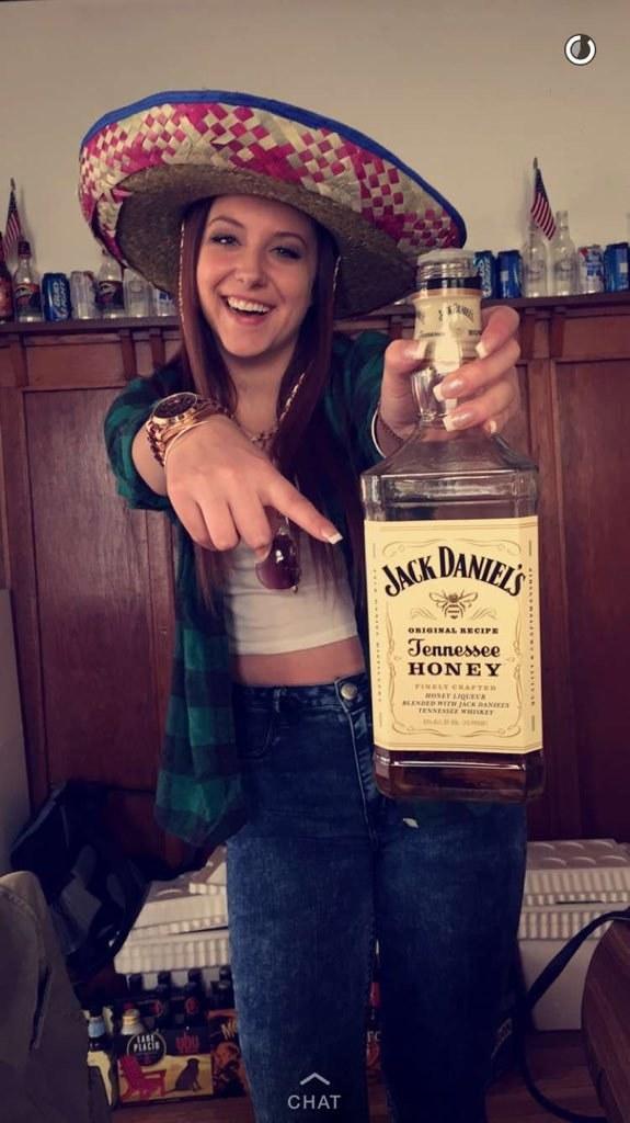 """El momento en el que esta persona tomó """"whiskey mexicano""""."""