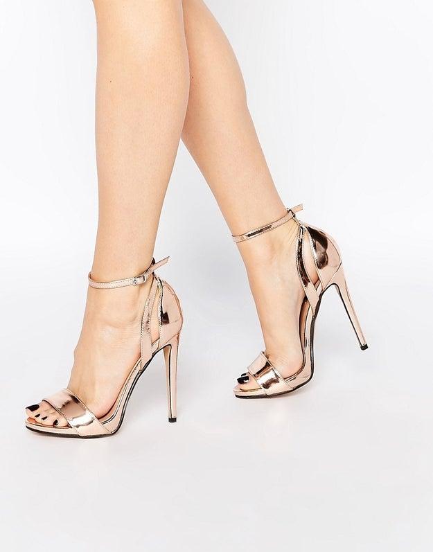 Este par de zapatos para sentir que estás pisando oro puro ($1074).