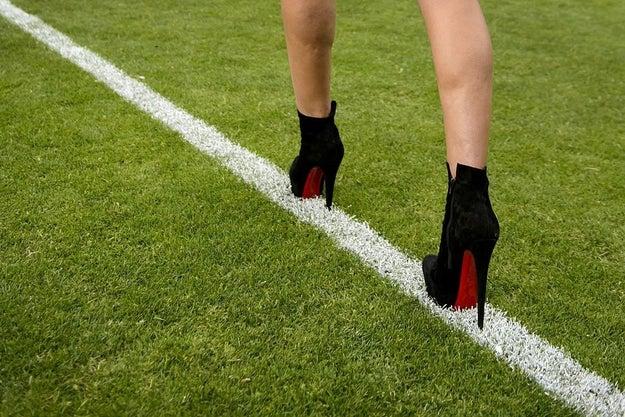 Haz ejercicios de estiramientos en tus piernas y pies antes y después de usar tacones.