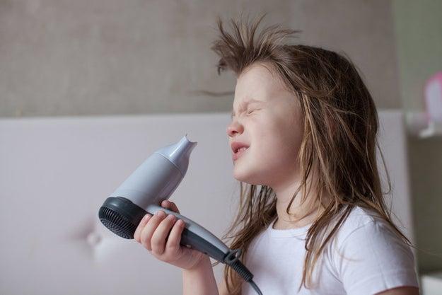 Odias secarte el pelo porque la secadora siempre hace que tu craneo sude.