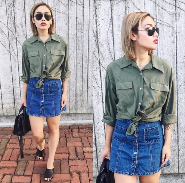 Una falda de mezclilla y una camisa verde amarrada a la cintura para lograr algo de lo más casual.