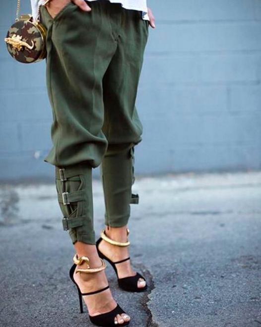 Puedes juntar un accesorio de camuflaje con unos lindos pantalones en verde militar.