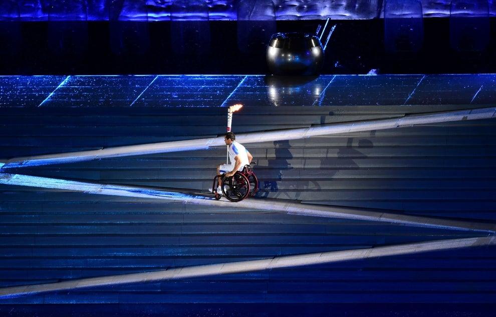 E ele enfim pode alcançar a pira olímpica.