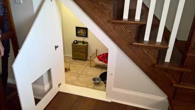 Quando o sobrinho de McCall, Will Rigdon, foi visitá-la em um feriado, descobriu um quartinho estilo Harry Potter que sua tia havia construído debaixo de uma escada. Ele postou algumas fotos na internet.