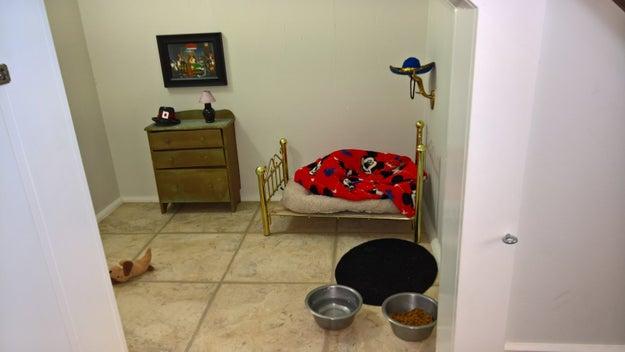 Ele percebeu que o quarto em miniatura — decorado com móveis em miniatura — havia sido feito para Poncho. Sim, o cachorrinho.