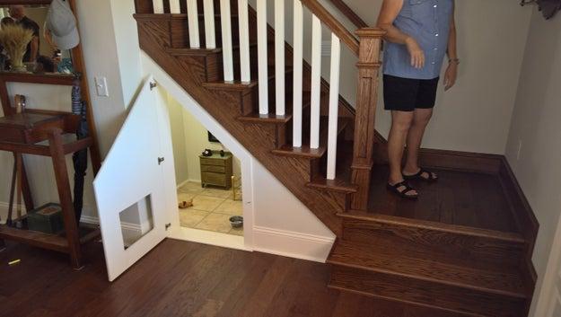 McCall disse ao BuzzFeed News que, ao fechar o espaço debaixo da escada, pensou em utilizá-lo como um lugar simples para seu cachorrinho dormir. Mas então ela encontrou uma cama de boneca em um brechó, e uma luz acendeu em sua cabeça.