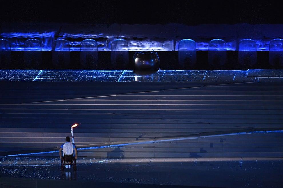 Para fechar a cerimônia de acendimento da pira olímpica, uma provocação: Clodoaldo Silva se deparou com o dilema de subir uma escada estando em uma cadeira de rodas. Mas a escada ganhou rampas!
