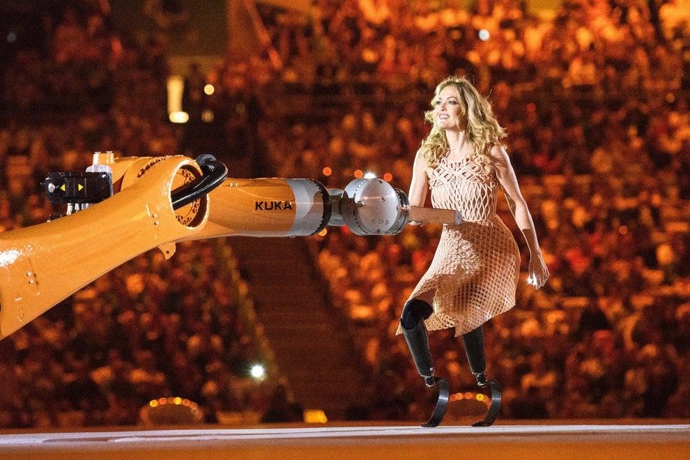 Depois do hasteamento da bandeira paralímpica, foi a vez da apresentação da campeã de snowboard, modelo e dançarina Amy Purdy mostrar toda a graça em um dueto com um robô.