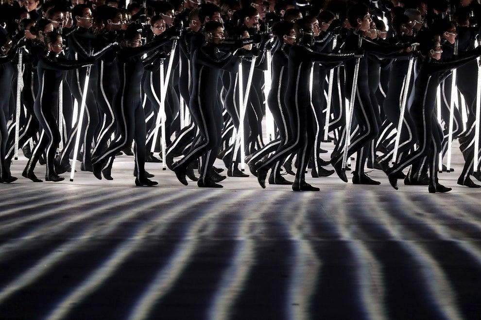 Eles se moviam como soldados carregando lâmpadas que acendiam e apagavam, deixando todo mundo surpreso.