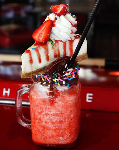 ¿Pedimos un Cheesecake de fresa o una bebida? Por qué elegir uno, cuando puedes tener los dos.