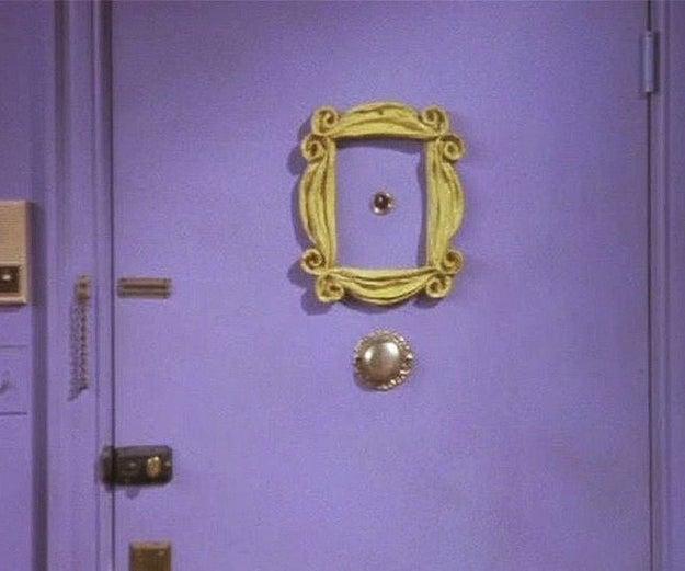 El marco dorado que está detrás de la puerta tenía un espejo, pero alguien del personal lo tiró y lo rompió.