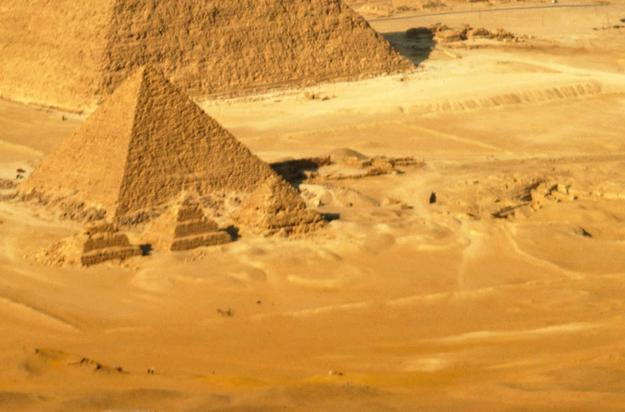 E as pirâmides realmente ficam no meio do nada?