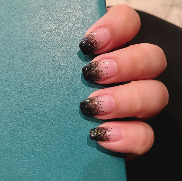 This faded glitter look is also really elegant.