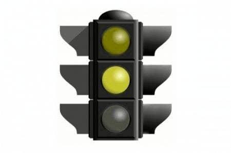 Uma pessoa com protanopia (dentro da dicromacia) não enxerga o vermelho. Assim, ela enxerga um semáforo como a imagem acima mostra.
