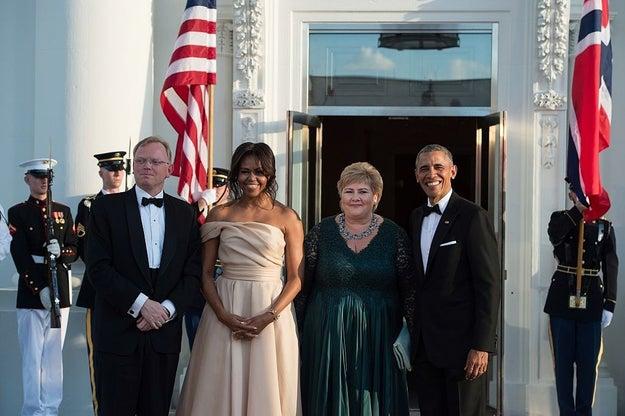 Usando Naeem Khan no jantar de Estado de 2016 para os líderes dos países nórdicos – o primeiro-ministro dinamarquês, Lars Løkke Rasmussen, o presidente finlandês, Sauli Niinistö, o primeiro-ministro islandês, Sigurður Ingi Jóhannsson, o primeiro-ministro norueguês, Erna Solberg (na foto), e o primeiro-ministro sueco, Stefan Löfven.