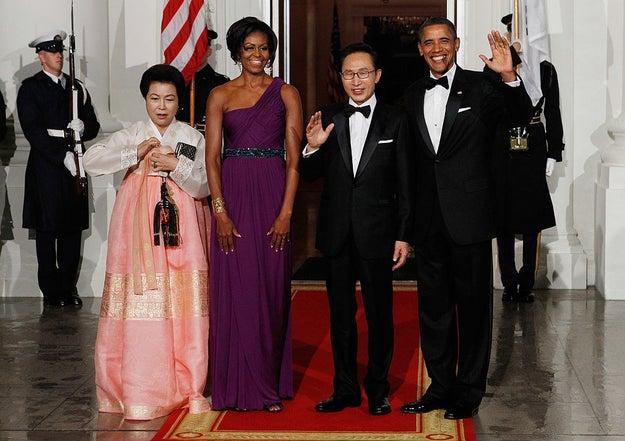 Usando Doo.Ri no jantar de Estado de 2011 para o então presidente sul-coreano, Lee Myung-bak.