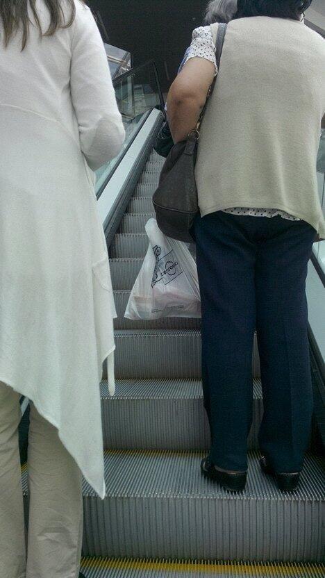 La persona que se para en el lado que no es en las escaleras mecánicas.