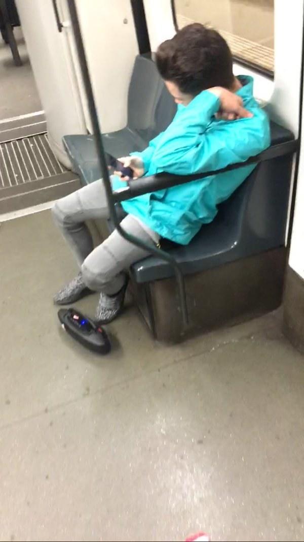 La persona que escucha música sin auriculares.