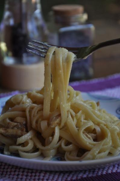 É possível sim fazer uma deliciosa versão vegana do macarrão à carbonara.